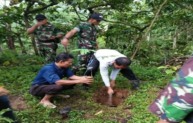 'Tanam 150 Pohon' TNI Perbaiki Kualitas Lingkungan di TPU