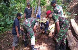 Cegah Longsor, Koramil 09/Kepil Pelopori Tanam Pohon