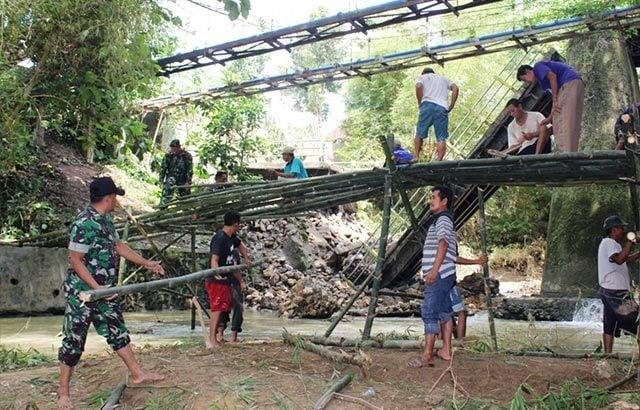 Jembatan Utama Putus, TNI Bersama Masyarakat Kab. Blora Bangun Jembatan Darurat