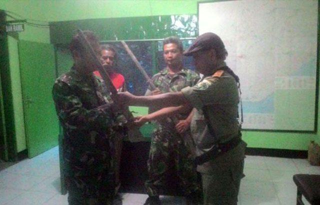 Warga Serahkan Dua Pucuk Senjata Api Tumbuk Kepada Anggota TNI