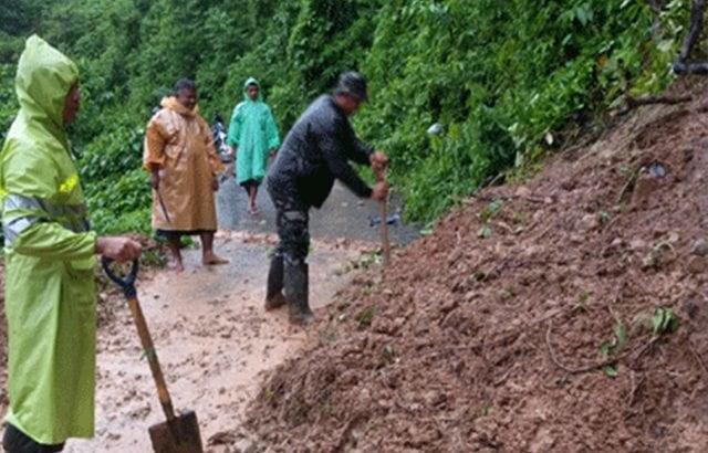 TNI Peduli Kesulitan Rakyat, Babinsa Bantu Bersihkan Jalan Akibat Longsor