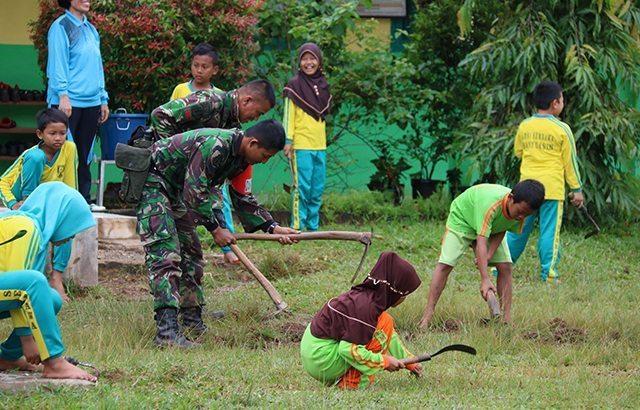 Prajurit Yonif Raider 200/BN Bersihkan Sekolah Pasca Tutup Latihan