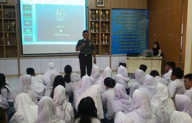 2.-Danramil-Sampaikan-Wawasan-Kebangsaan-di-SMA-Barunawati-Surabaya