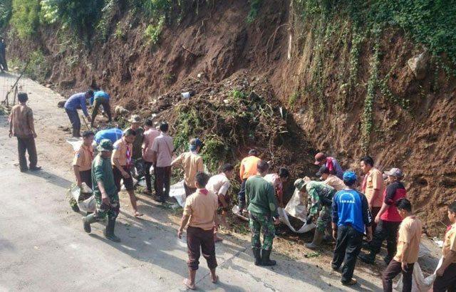 Koramil 16/Pacet Bantu Pemulihan Pasca Bencana Tanah Longsor