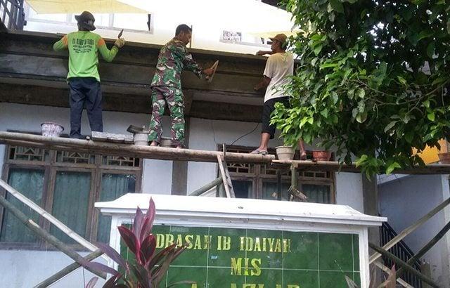 Prajurit TNI Bantu Renovasi Gedung Madrasah