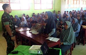 5.-Dandim-1402-Polmas-Sosialisasikan-Nilai-Nilai-Pahlawan-Kepada-Pelajar-di-Kabupaten-Polman