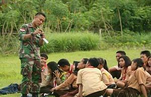 5.-Prajurit-Yonif-Raider-300-Ajarkan-Patriotisme-Dan-Navigasi-Kepada-Anak-Pramuka-Di-Poso