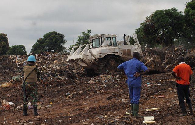 Satgas Kizi TNI Rapikan Tempat Pembuangan Sampah