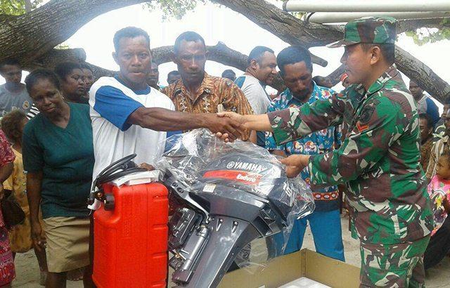 TNI Berikan Bantuan Motor Tempel Kepada Nelayan Distrik Waigeo