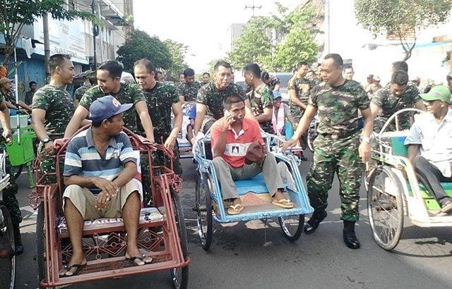 Dandim 0829/Bangkalan Ajak Anggota Lebih Dekat Dengan Masyarakat, Kayuh Becak Bersama