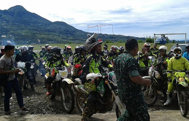 Dandim 0707/Wonosobo Terima Bibit Pohon Mahoni Dari Komunitas Motor Trail se-Jawa Tengah