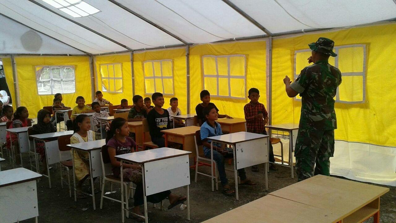 Sarana Pendidikan Rusak, Prajurit TNI Ngajar Anak-anak di Tenda