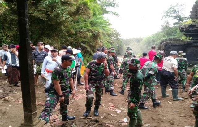 Pasca Banjir Bandang, Pura Teratai Bang Terus Dibersihkan