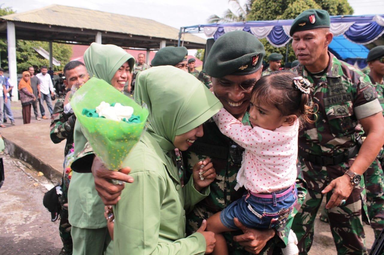 Usai Pendidikan, Prajurit TNI Disambut Tangis Haru Keluarga