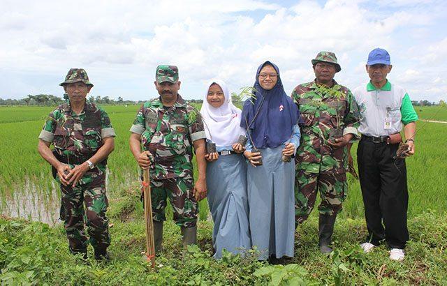 TNI Hijaukan Lahan Kosong Bersama Siswa/i SMA Purworejo