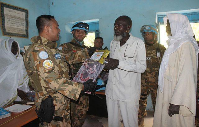 Pasukan Garuda Beri Santunan Baju dan Al-Quran di Sudan-Afrika