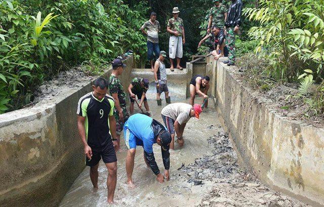 Prajurit TNI Bersama Warga Bersihkan Bendungan Air Minum di Maybrat Papua