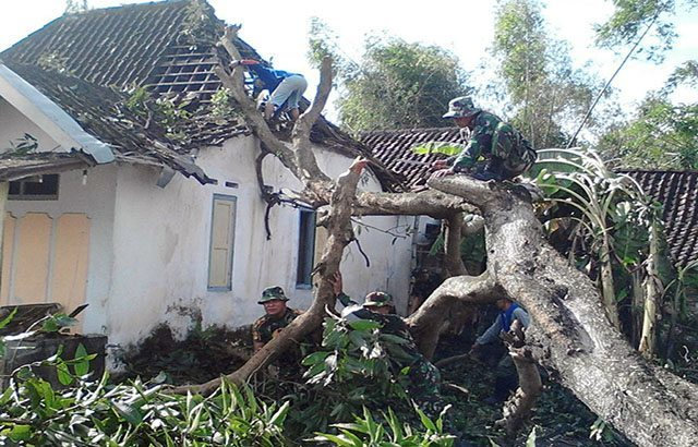 Kodim Jombang Bantu Korban Bencana Alam Puting Beliung