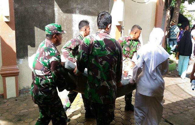 Prajurit Kodam Iskandar Muda Evakuasi Korban Gempa Pidie Jaya