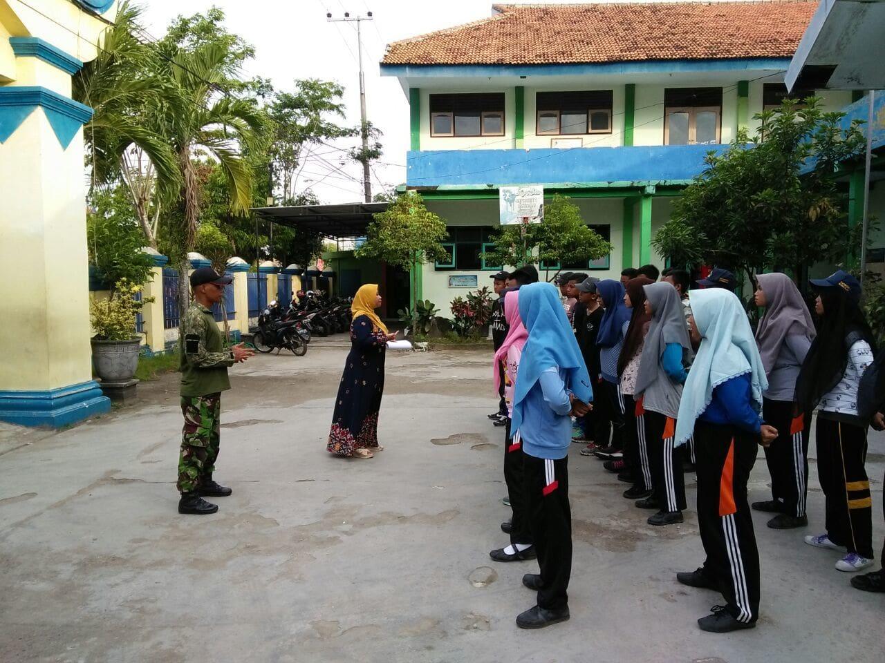 1. Babinsa Mengajar Wasbang dan Latihan Baris Berbaris di SMPN 1 Bangkalan (1)