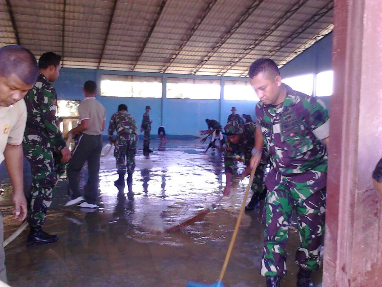 TNI Tanggap Bencana, Bersihkan Sekolah Pasca Banjir