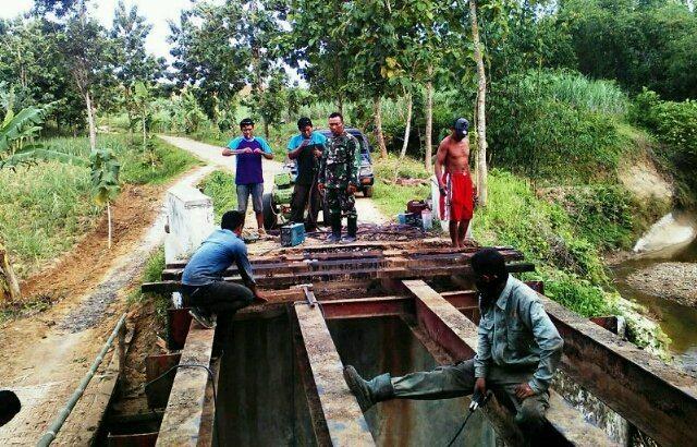 Prajurit TNI Bersama Warga Bangun Jembatan di Desa Kedungbacin Blora