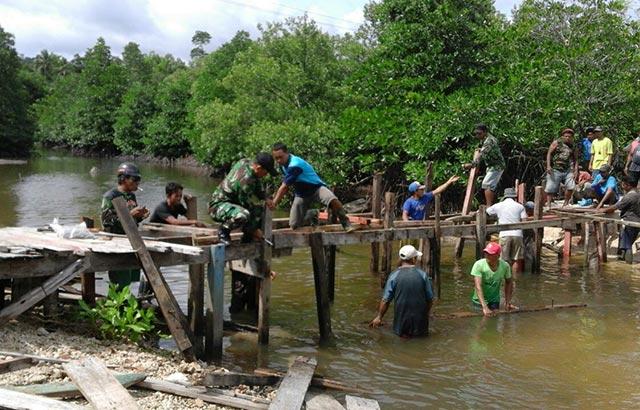 Babinsa Dofa Bangun Jembatan Penghubung Desa Bersama Masyarakat