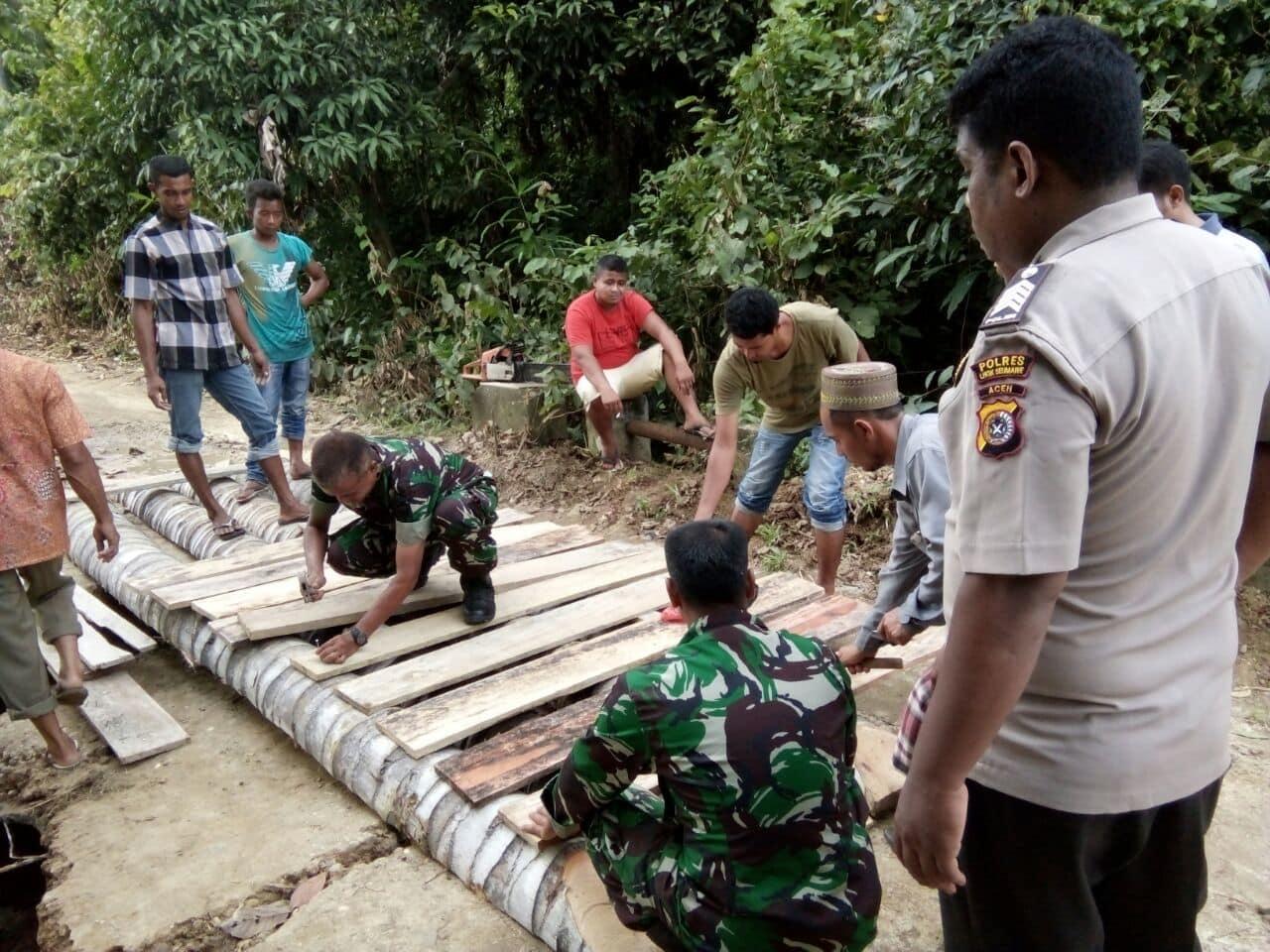 Koramil Simpang Keuramat Bersama Warga Bangun Jembatan Darurat