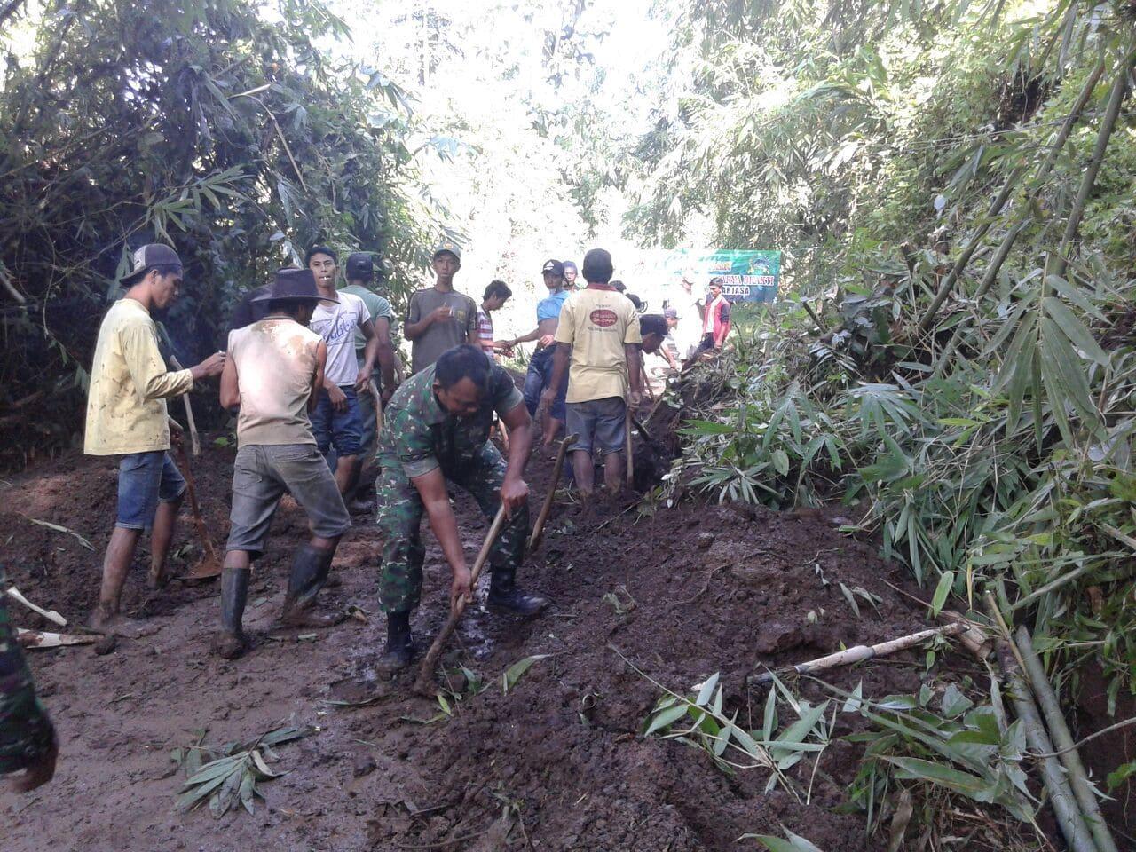 Tanggap Bencana Koramil 02/Arjasa dan Koramil 26/ Jelbuk Gelar Karya Bakti Bersama Masyarakat