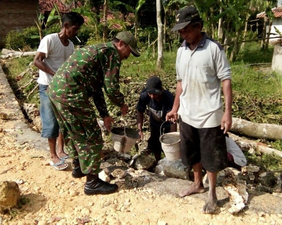 Babinsa Bantu Perbaikan Jalan Desa Campor Konang Bangkalan
