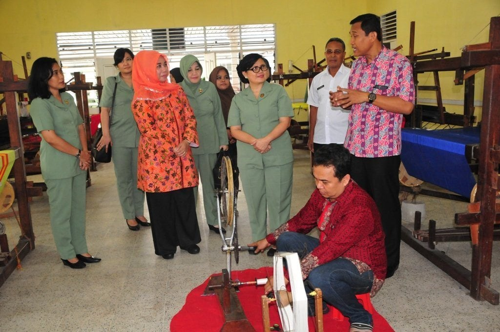 Ketua Persit KCK PD I/BB Kagumi Hasil Kerajinan UKM Di Dekranasda Provinsi Riau