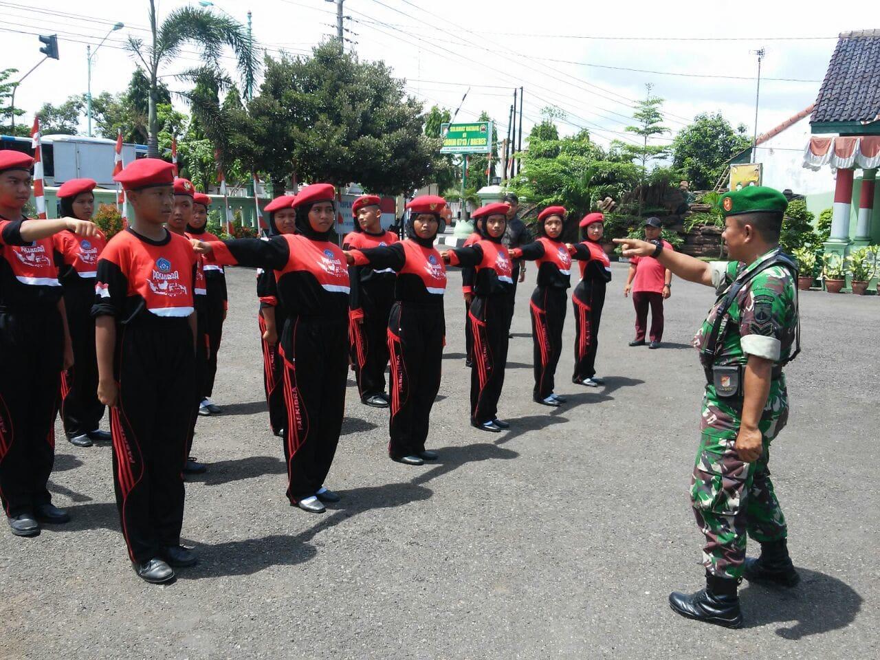 Anggota Kodim 0713/Brebes Berikan Latihan PBB kepada SMPN 2 Brebes