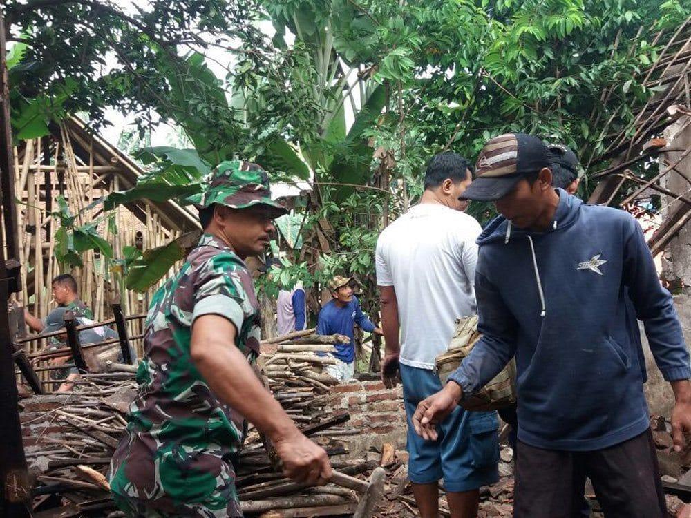 Koramil O809/05 Grogol Perbaiki Rumah Warsinem Yang Tertimpa Pohon.