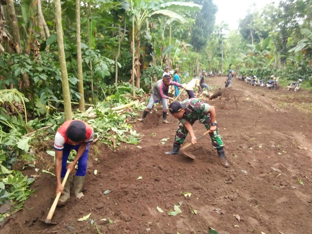 Koramil 0824/07 Sempolan Karya Bakti Pelebaran Jalan Desa