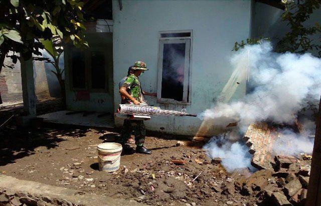 Antisipasi Penyakit Demam Berdarah, Korem 162/Wira Bhakti Bagikan Kaporit dan Gelar Fogging