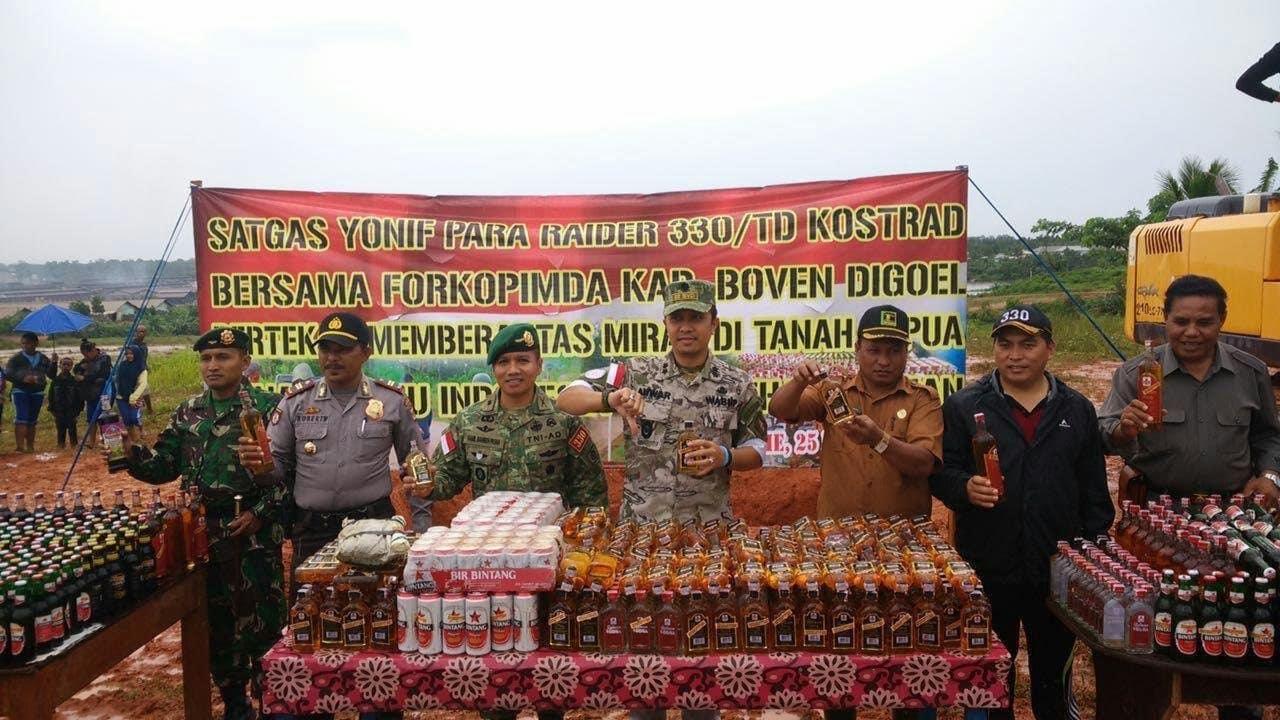 Satgas Pamtas Yonif Para Raider 330/Td Kostrad Musnahkan Ribuan Botol Miras