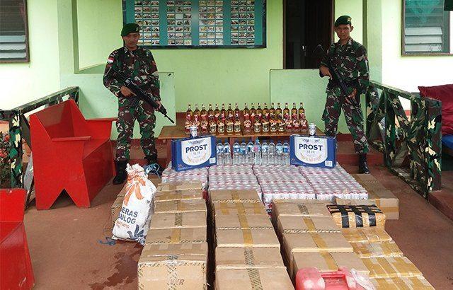 Satgas Pamtas RI – PNG Yonif 407/PK Serahkan Ribuan Botol Minuman Keras Hasil Sweeping ke Kolakops