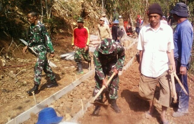 Koramil 04/Ngadirejo Bantu Warga Pembuatan Jalan Di Desa Katekan Kec. Ngadirejo