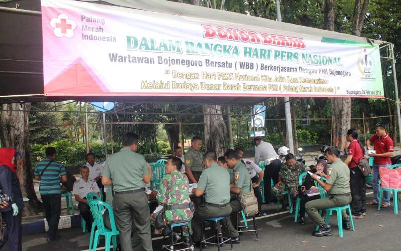 Meriahkan Hari Pers Nasional, Prajurit TNI di Bojonegoro Ikuti Donor Darah