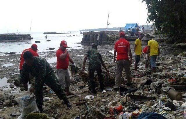 Ciptakan Lingkungan Bersih dan Sehat, TNI Prakarsai Pembersihan Sampah Bibir Pantai