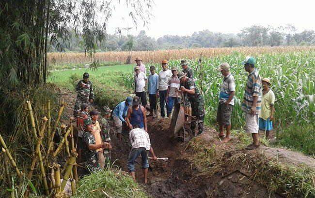 TNI dan Petani Lakukan Pengerukan Saluran Irigasi di Desa Seketi Kab. Kediri