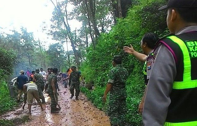 Pasca Bencana Tanah Longsor, Prajurit TNI Bersama Masyarakat Ngetos Adakan Karya Bakti