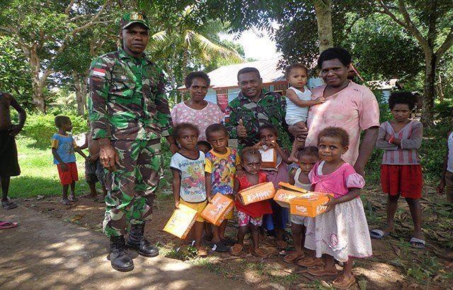 Satgas Pamtas Yonif 407/Padmakusuma Berbagi Kasih Dengan Anak-anak Di Perbatasan RI – PNG