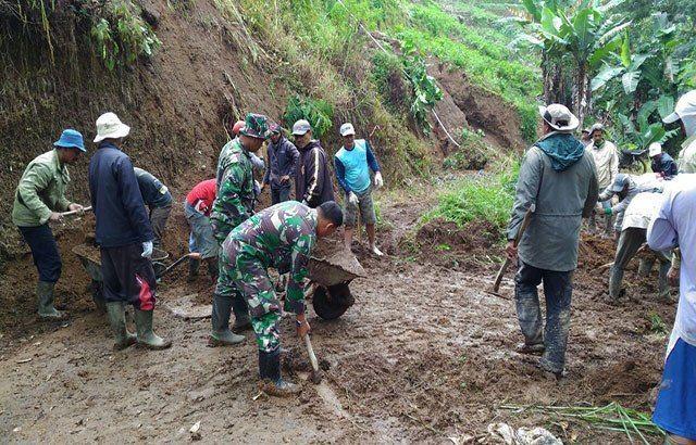 Koramil 35/Bumiaji Gelar Karya Bakti Bantu Korban Banjir Dan Tanah Longsor