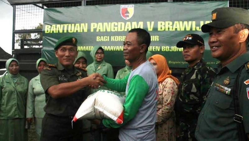 Pangdam V/Brawijaya dan Kapolda Bantu Korban Banjir Bandang Bojonegoro