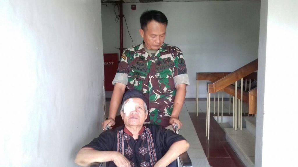 Bentuk Kepedulian TNI, Babinsa Dampingi Warganya Operasi Katarak Di RSPAD