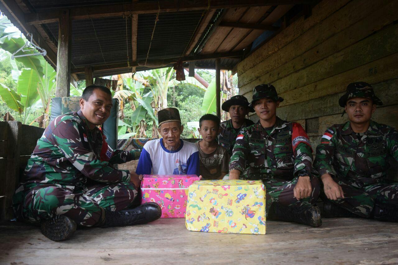 Prajurit Kostrad Bantu Masyarakat Pasca Banjir, Rasa Haru Tak Tertahankan