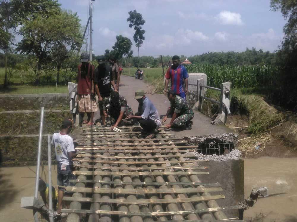 Babinsa Koramil 10/Mojoagung Pelopori Pembuatan Jembatan Alternatif