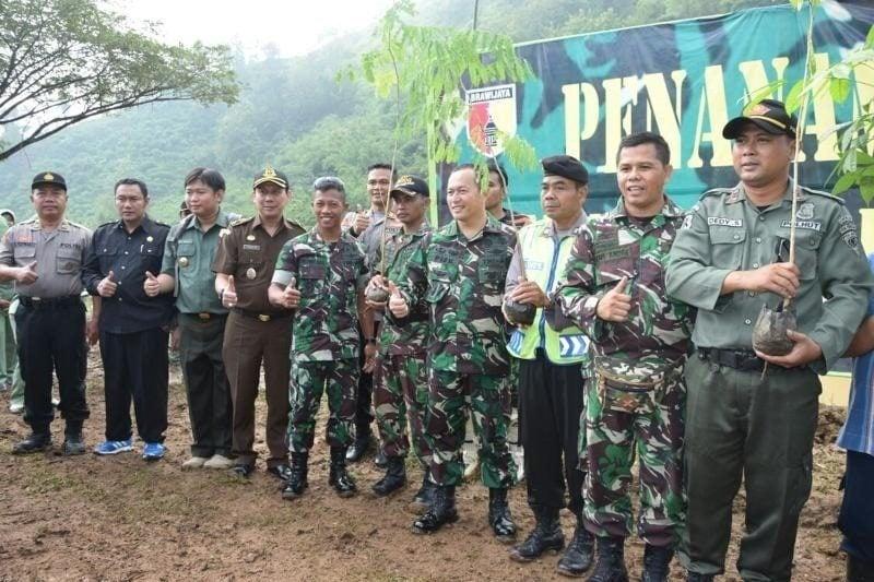 Prajurit TNI Hadir Untuk Memberi Perlindungan Bagi Masyarakat