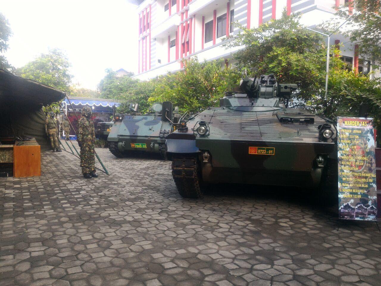 Alutsista TNI Ramaikan Semar Festival